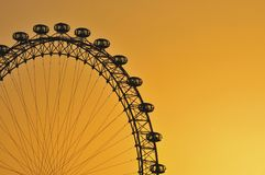 Rueda del ojo de Londres en la puesta del sol Fotos de archivo