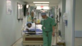 Rueda del paciente quirúrgico en sala de operaciones almacen de video