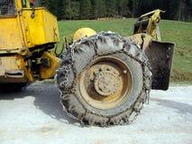 Rueda del tractor con la cadena Foto de archivo libre de regalías