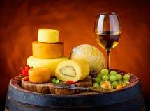 Rueda del vino blanco y del queso Fotografía de archivo