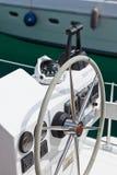 Rueda e instrumento de control del yate de la navegación Foto de archivo
