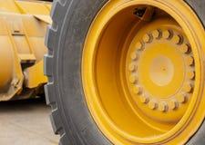 Rueda en el tractor Imagenes de archivo