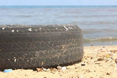 Rueda en un mar contaminado Fotografía de archivo