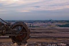 Rueda gigante del excavador fotografía de archivo