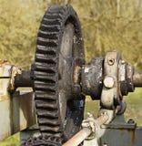 Rueda grande del diente de una vieja puerta de inundación con grase Imagen de archivo libre de regalías