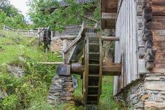 Rueda hidráulica de madera tradicional cerca de Werfen en el valle de Pongau, Austria imagenes de archivo