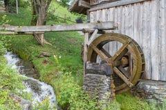 Rueda hidráulica de madera tradicional cerca de Werfen en el valle de Pongau, Austria foto de archivo