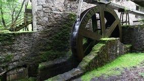 Rueda hidráulica en el edificio viejo del ruine almacen de metraje de vídeo