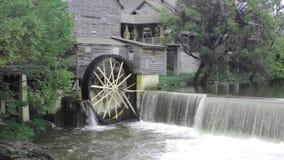 Rueda hidráulica en un molino viejo del grano para moler en Pigeon Forge Tennessee almacen de metraje de vídeo
