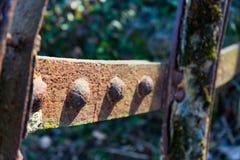 Rueda hidráulica oxidada vieja Detalle tirado de remaches fotos de archivo