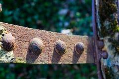 Rueda hidráulica oxidada vieja Detalle tirado de remaches imagenes de archivo