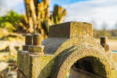 Rueda hidráulica oxidada vieja El detalle tiró de un perno imágenes de archivo libres de regalías