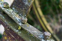 Rueda hidráulica oxidada vieja El detalle tiró de un perno fotografía de archivo
