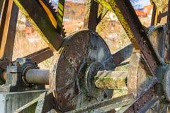 Rueda hidráulica oxidada vieja No más funcionando imagen de archivo libre de regalías