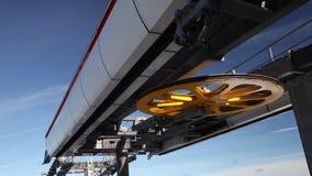 Rueda moderna del mecanismo elevador del teleférico en el cielo azul almacen de metraje de vídeo