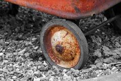 Rueda oxidada de la carretilla Fotos de archivo libres de regalías