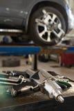 Rueda que equilibra en un taller de reparaciones del coche imagenes de archivo