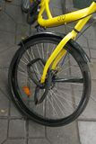 Rueda quebrada de la bicicleta de OFO Fotografía de archivo libre de regalías