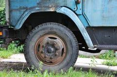 Rueda vieja de un camión imagen de archivo