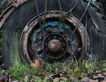 Rueda vieja oxidada del camión foto de archivo libre de regalías