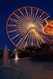 Rueda y carrusel de Ferris   Fotografía de archivo libre de regalías