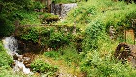 Rueda y corriente de agua del molino Imagenes de archivo
