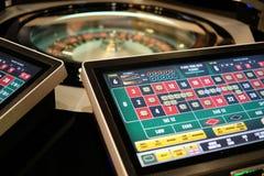 Rueda y monitores electrónicos de ruleta del casino Imagen de archivo libre de regalías