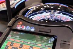 Rueda y monitores electrónicos de ruleta del casino Fotografía de archivo