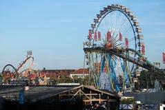 Rueda y montaña rusa de Ferris en el Oktoberfest Imagen de archivo