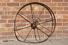 Rueda y pared de ladrillo viejas del hierro Fotografía de archivo libre de regalías