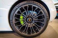 Rueda y sistema de frenos de un coche de deportes híbrido enchufable mediados de-engined Porsche 918 Spyder, 2015 Imágenes de archivo libres de regalías