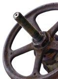 Rueda y tronco industriales, viejo Rusty Grunge Latch envejecido resistido, primer vertical de la válvula aislado foto de archivo