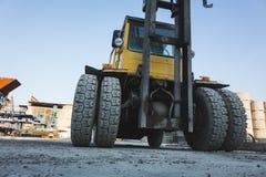 ruedas claveteadas grandes de los neum?ticos de goma durables del tractor amarillo fotos de archivo