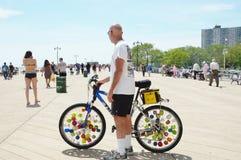 Ruedas de bicicleta únicas en paseo marítimo Foto de archivo