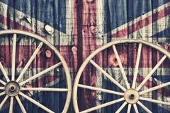 Ruedas de carro antiguas con la bandera BRITÁNICA Foto de archivo