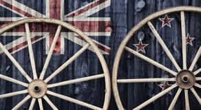 Ruedas de carro antiguas con la bandera de Nueva Zelanda Imágenes de archivo libres de regalías