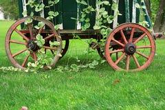 Ruedas de carro del jardín Imagenes de archivo