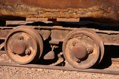 Ruedas de coche antiguas de explotación minera Foto de archivo libre de regalías