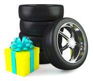 Ruedas de coche con la caja de regalo grande Imagen de archivo libre de regalías