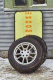 Ruedas de coche en la estación de la reparación del neumático imágenes de archivo libres de regalías