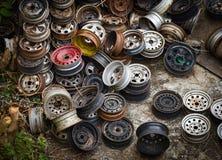 Ruedas de coche viejas fotos de archivo libres de regalías