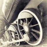 Ruedas de la locomotora de vapor cercanas para arriba en el negro retro Fotos de archivo libres de regalías