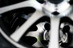 ruedas de plata en los coches fotografía de archivo libre de regalías
