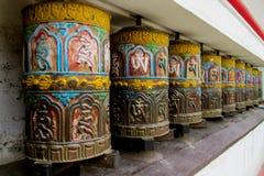 Ruedas de rezo budistas del Nepali con símbolos de letra imágenes de archivo libres de regalías