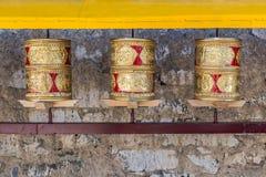 Ruedas de rezo, los rollos del rezo de los budistas fieles Línea de Foto de archivo libre de regalías