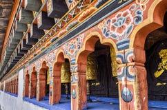 Ruedas de rogación del buddhism butanés en el monasterio de Chimi Lhakang, Punakha, Bhután Imágenes de archivo libres de regalías