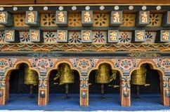 Ruedas de rogación del buddism butanés en el monasterio de Chimi Lhakang, Punakha, Bhután Imagen de archivo