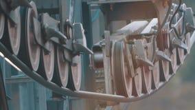 Ruedas de Spining de trabajar la construcción metálica aérea de la elevación almacen de metraje de vídeo