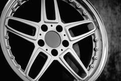 Ruedas de un coche deportivo moderno fotografía de archivo libre de regalías