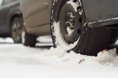 Ruedas de un coche en la nieve imagenes de archivo